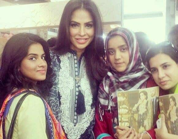 Fouzia Aman and Karachi Bloggers at HSY and Ittehad Lawn Launch